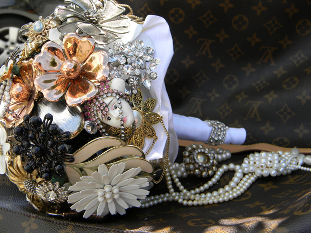 Vintage Brooch Bouquet Alternative Wedding Bouquet DIY wedding ideas