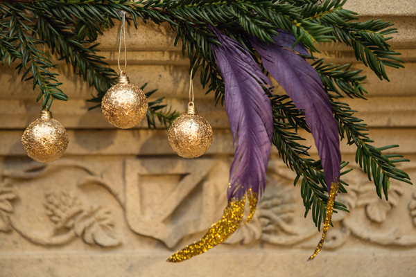 christmas, festive, noel, yuletide, a crafted christmas, rustic, rustic luxe, gold dipped feathers, glitter dipped feathers, mantelpiece, garland, baubles, fir, pine (2)